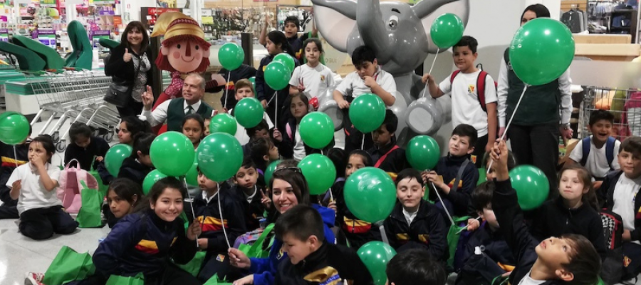 Niños y niñas de 3º básico visitan supermercado